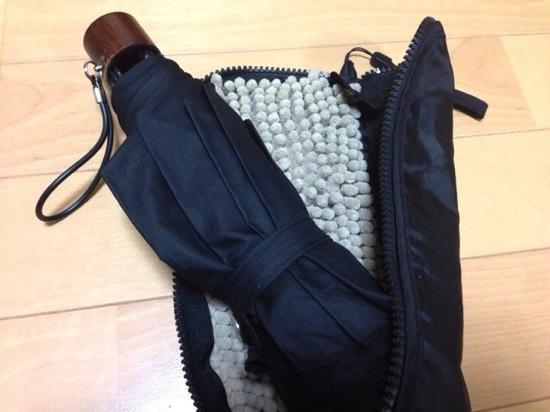 濡れた折り畳み傘はケースに入れて鞄の中に入れよう