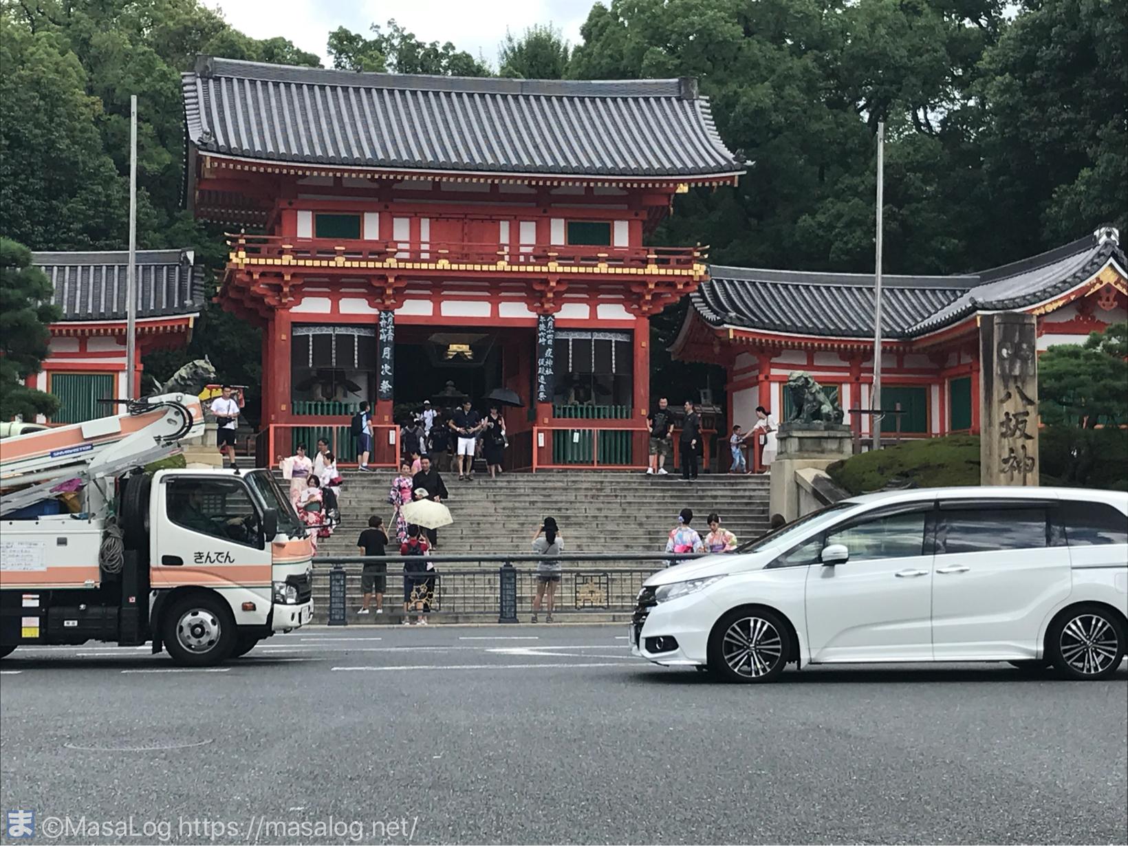 お向かいの八阪神社へ